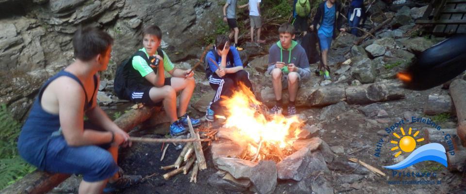 Lagerfeuer bei der Nachtwanderung
