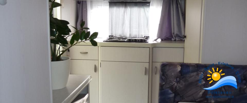 Küche mit Sitzecke im Wohnwagen klein